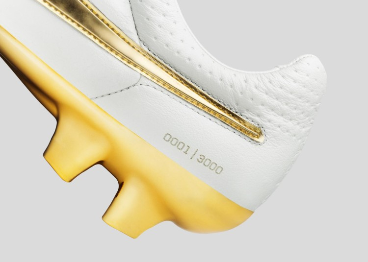 Nike_Football_Ronaldino_Tiempo_Gold_DET_09_rectangle_1600