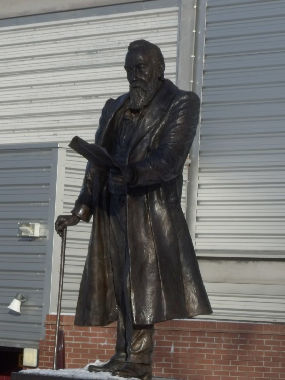 statue_of_william_mcgregor_outside_villa_park2